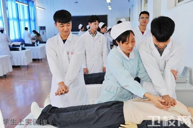 重庆知行卫生学校 学生上实训课