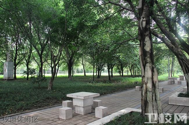 重庆知行卫生学校环境:校园休闲区